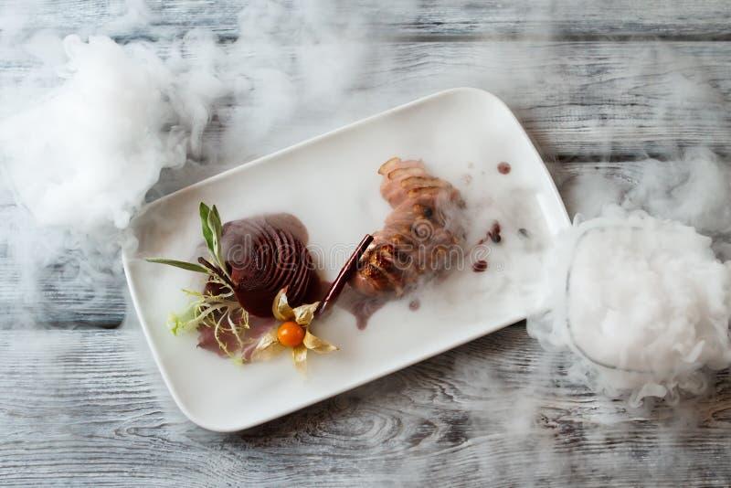 Gekookt vlees op een plaat royalty-vrije stock afbeeldingen