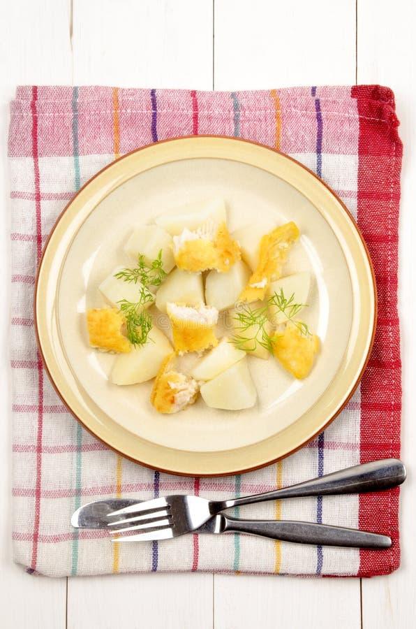 Gekookte aardappels met gerookte kabeljauw en dille stock foto