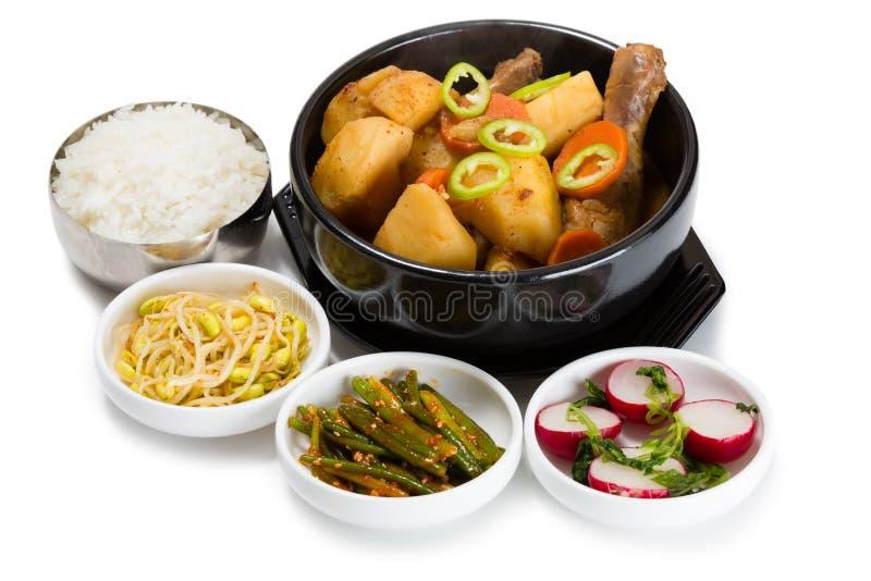 Gekookte aardappels met kip met kruidige salades royalty-vrije stock afbeelding
