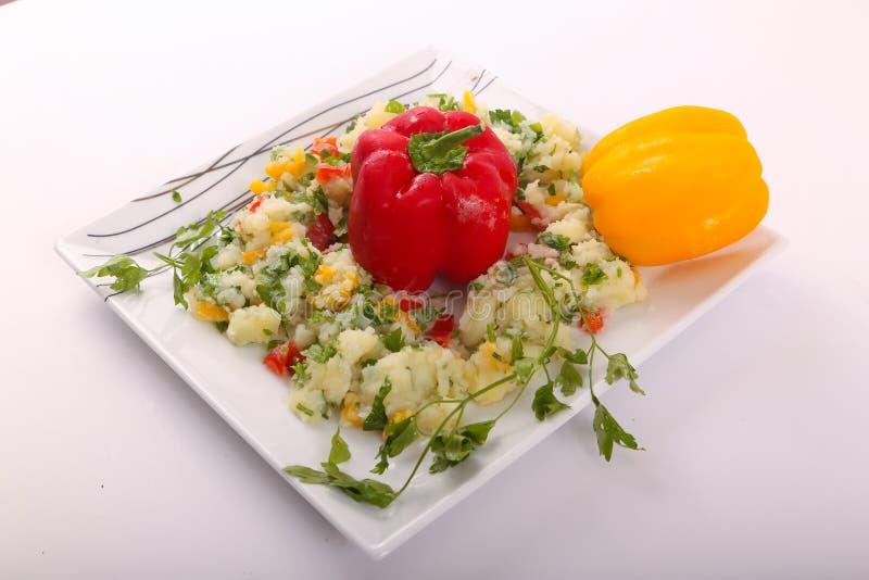 Gekookte aardappels met kleurenpeper royalty-vrije stock foto