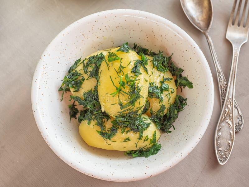 Gekookte aardappels met kruiden in een diepe die plaat bij dichte waaier wordt geschoten royalty-vrije stock fotografie