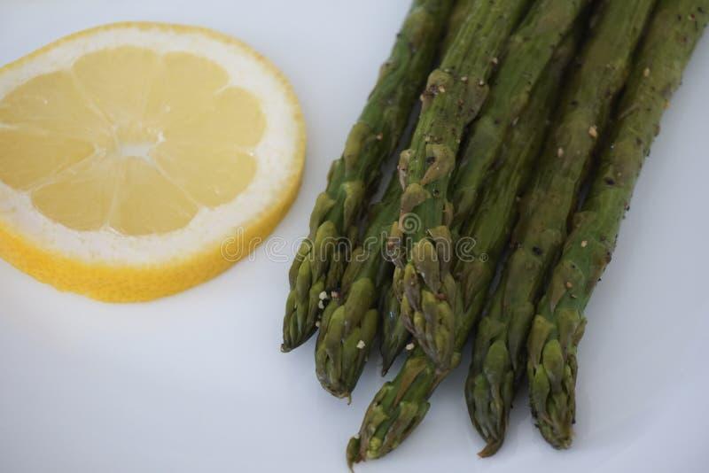 Gekookte asperge en plak van citroen royalty-vrije stock foto's