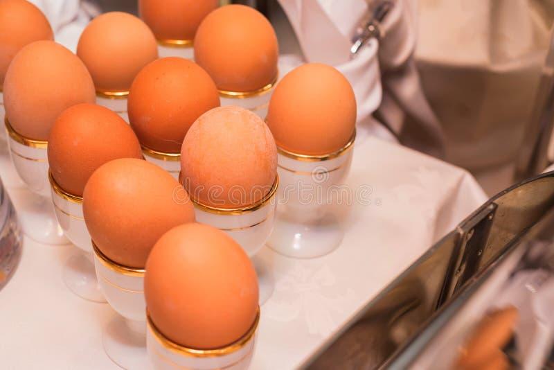 Gekookte eieren in eierdopjes royalty-vrije stock fotografie