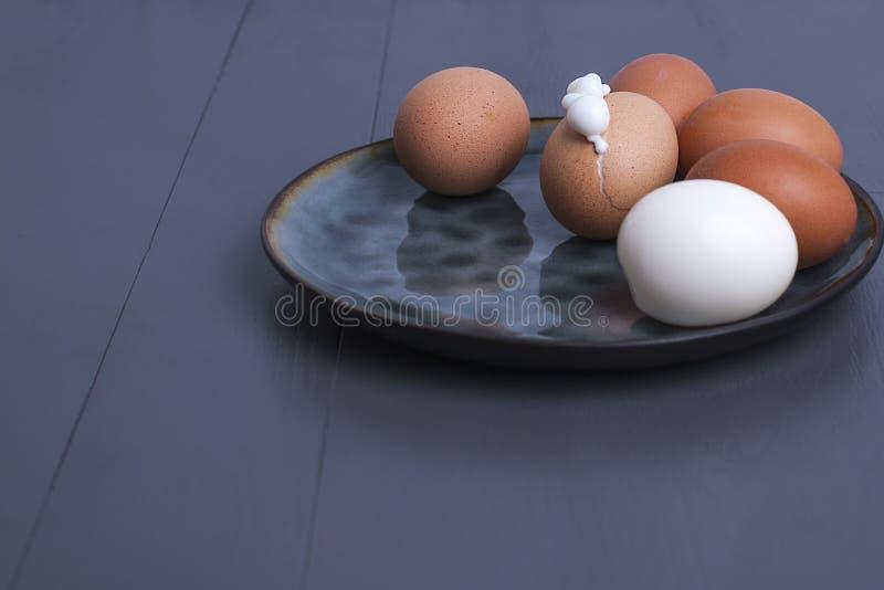Gekookte eieren, eiwitvoedsel Zwarte achtergrond, vrije ruimte voor tekst De ruimte van het exemplaar royalty-vrije stock fotografie
