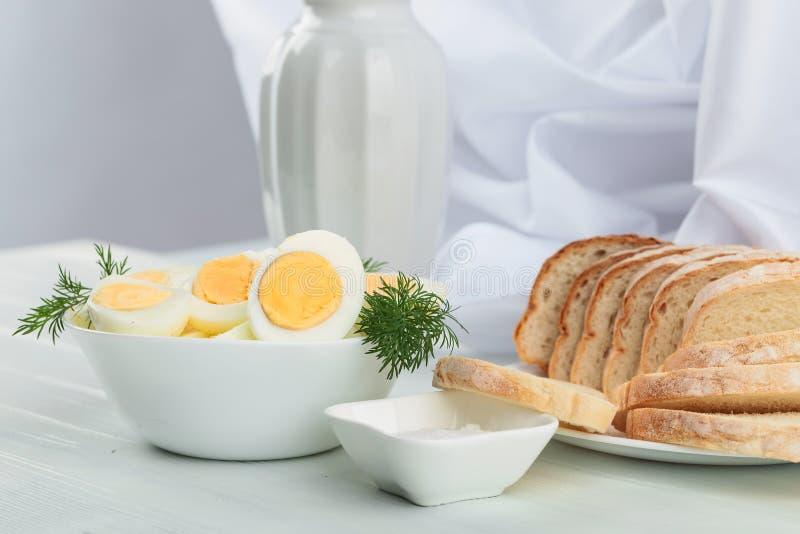 Gekookte eieren met dille stock afbeeldingen