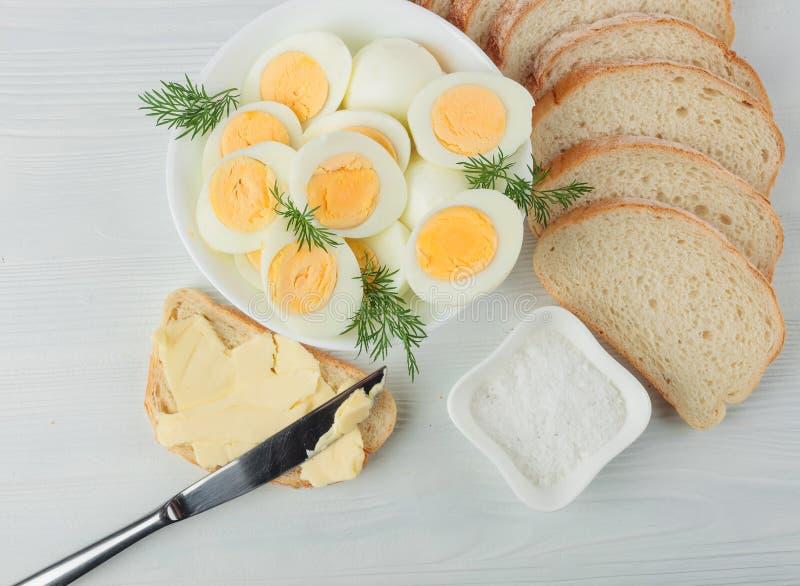 Gekookte eieren met dille stock foto's