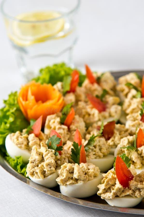 Gekookte eieren met het bovenste laagje van de vissenroom stock afbeeldingen