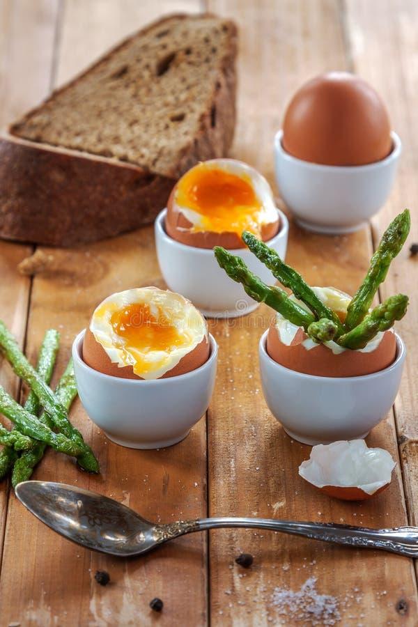 Gekookte eieren/onderbreking snel stock afbeeldingen