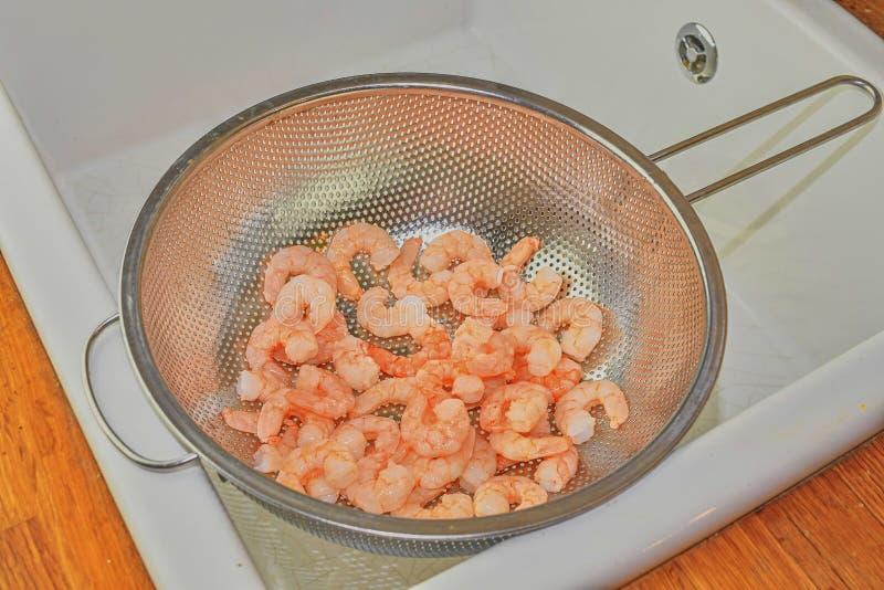 Gekookte en gepelde garnalen in zeef De fotografie van het voedsel Gezond voedsel stock foto