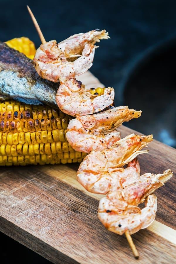 Gekookte garnalen op een vleespen op de brand royalty-vrije stock afbeelding