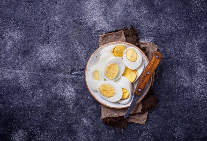 Download Gekookte Gesneden Kippeneieren Op Plaat Stock Foto - Afbeelding bestaande uit naughty, cooking: 107702088