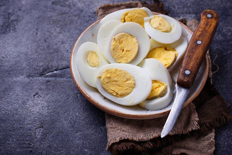 Download Gekookte Gesneden Kippeneieren Op Plaat Stock Afbeelding - Afbeelding bestaande uit gekookt, heerlijk: 107702367