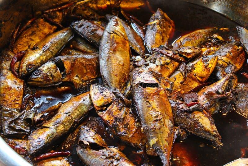Gekookte gezouten makreel in Amphawa-markt stock fotografie