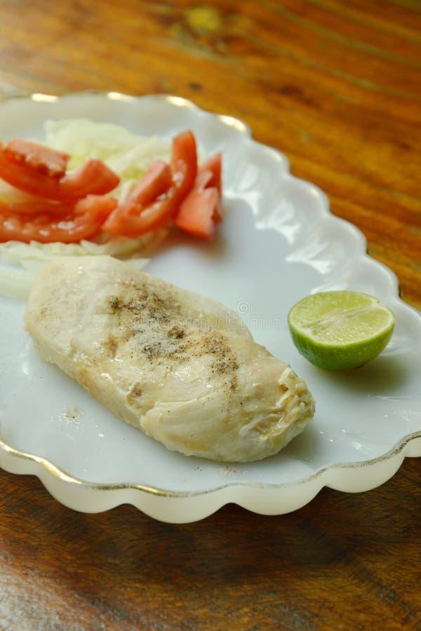 Gekookte kip het kleden zich peper met verse salade met laag vetgehalte proteïne voor het voedsel van de bouwstijlspier op plaat royalty-vrije stock afbeeldingen