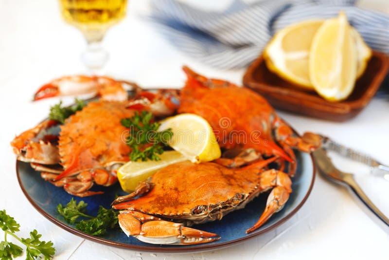 Gekookte krabben die op plaat worden gediend royalty-vrije stock afbeelding