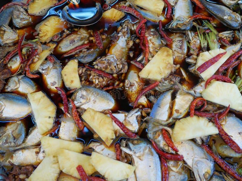 Gekookte makreelvissen in sojasaus stock afbeeldingen