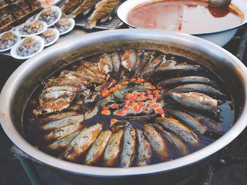 Gekookte makreelvissen in sojasaus stock foto
