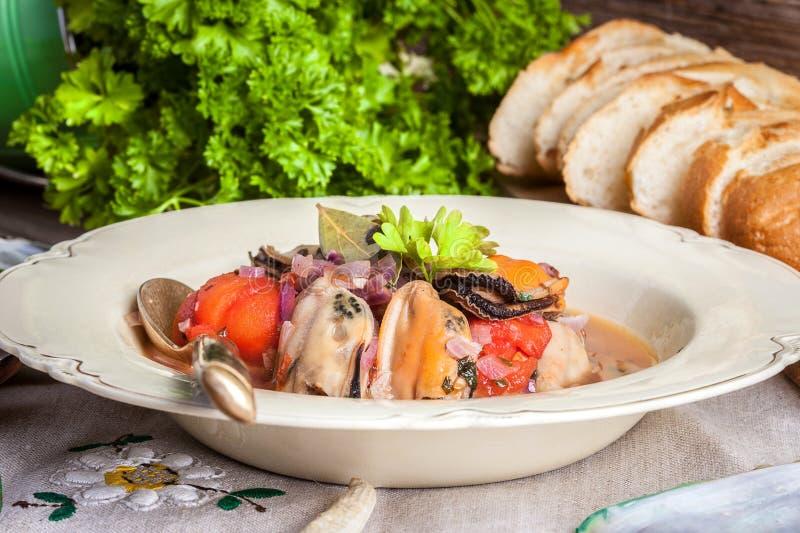 Download Gekookte Mosselen In Tomatensaus Stock Foto - Afbeelding bestaande uit heerlijk, overzees: 54087738