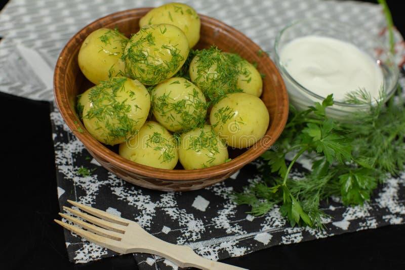 Gekookte nieuwe heerlijke aardappel op plaat met verse dille op lijst klaar te eten stock afbeeldingen