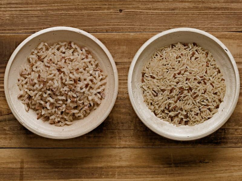 Gekookte plattelander en ongekookte niet gepolijste ongepelde rijst royalty-vrije stock fotografie