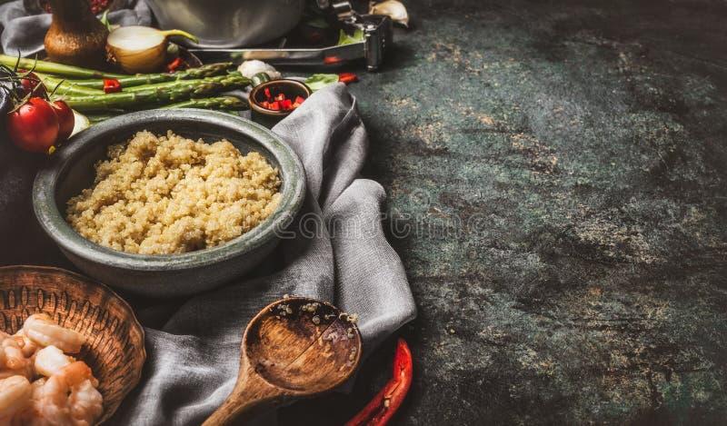 Gekookte quinoa in kom met groenteningrediënten op de rustieke achtergrond van de keukenlijst royalty-vrije stock fotografie