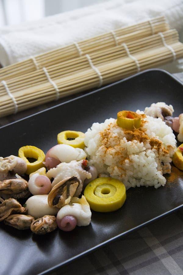 Gekookte rijst met kerrie en weekdieren royalty-vrije stock fotografie