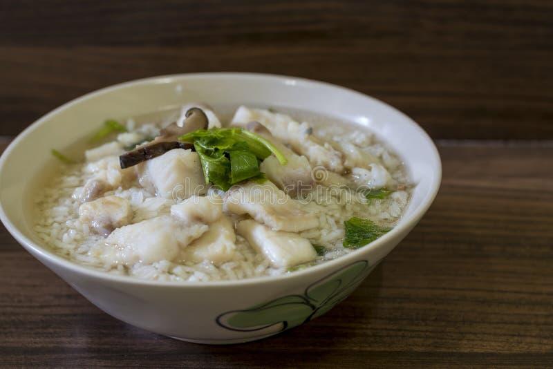Gekookte rijst met vissen of maïsmeelpap stock afbeeldingen