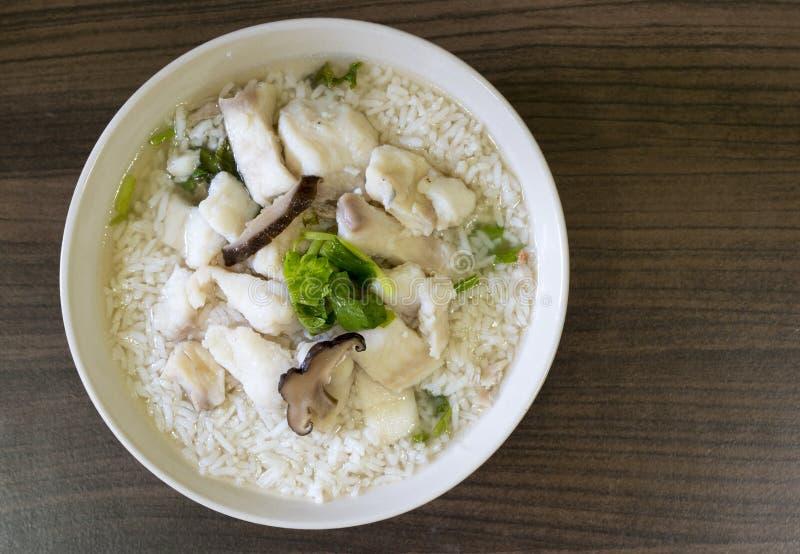 Gekookte rijst met vissen of maïsmeelpap stock afbeelding