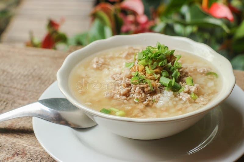 Gekookte rijstvarkensvlees of maïsmeelpap - Thais stijlontbijt royalty-vrije stock afbeeldingen