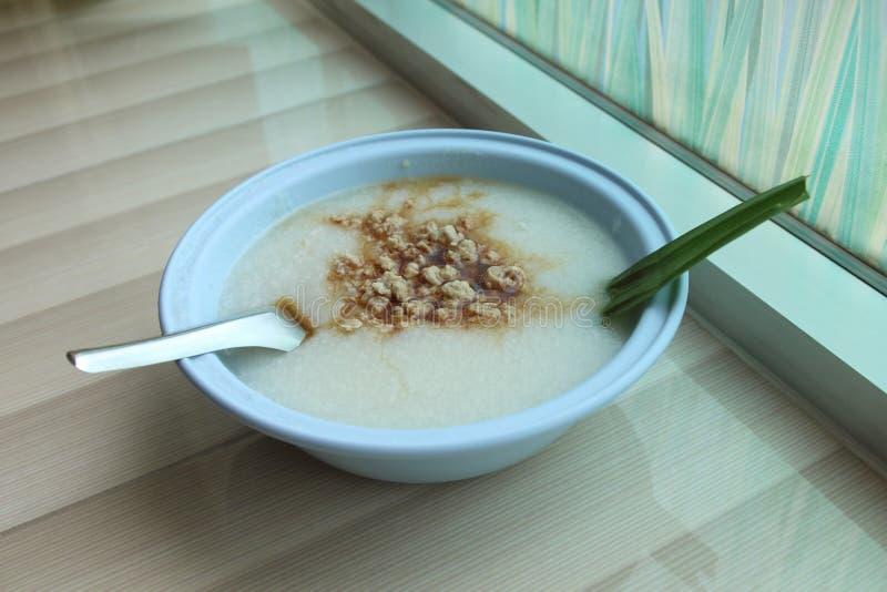 Gekookte rijstvarkensvlees of maïsmeelpap voor ontbijt stock foto
