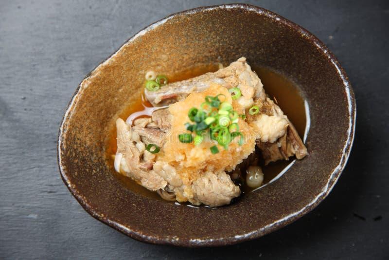 Gekookte rundvleespees op een eettafel stock afbeelding