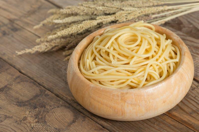 Gekookte spaghetti in houten kom stock foto's