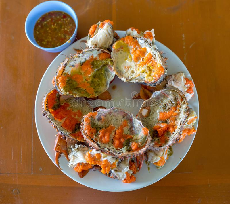 Gekookte vers en hete krab - heerlijk voorgerecht, gestoomde krab die de heerlijke krab` s eieren binnen zijn shell met zeevrucht stock foto's