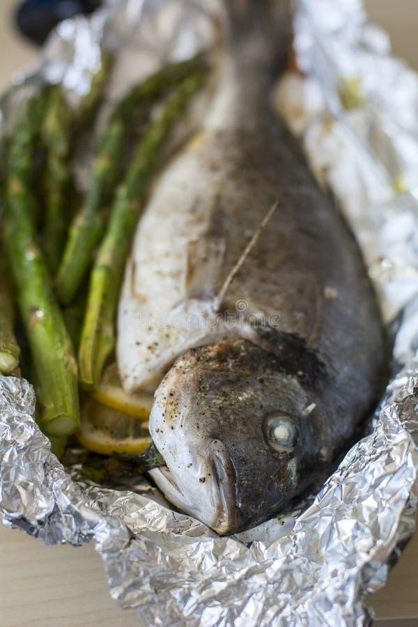 Gekookte vissendorada met groene asperge royalty-vrije stock foto's