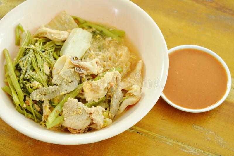 Gekookte zeevruchtensukiyaki in soep met saus stock foto's