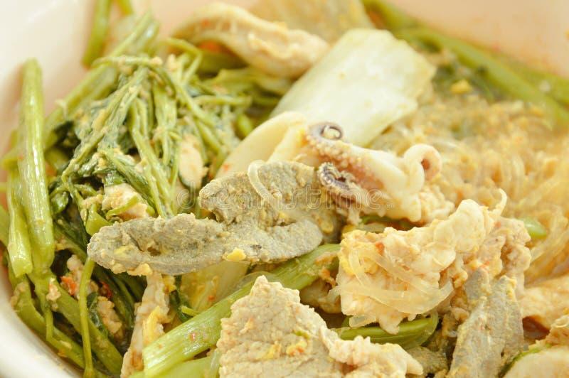 Gekookte zeevruchtensukiyaki in soep op kom royalty-vrije stock fotografie