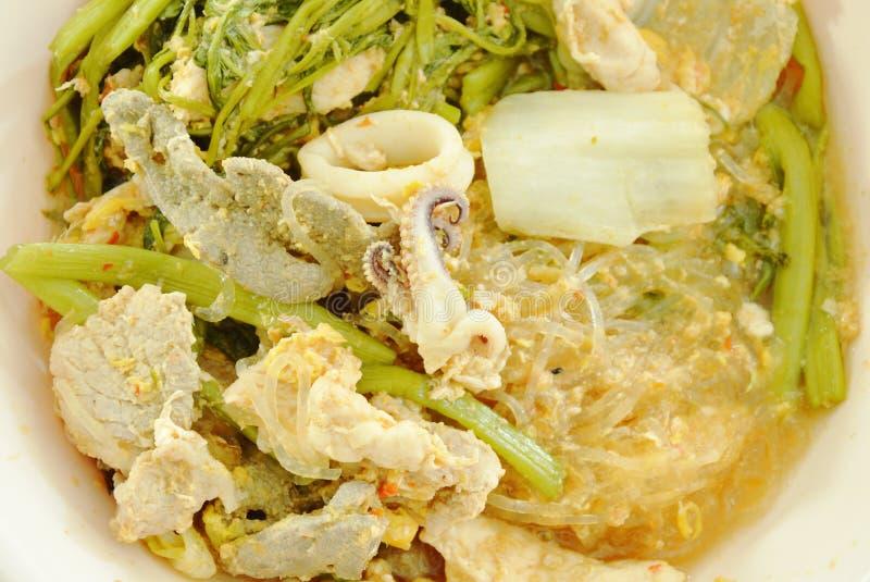 Gekookte zeevruchtensukiyaki in soep op kom stock foto's