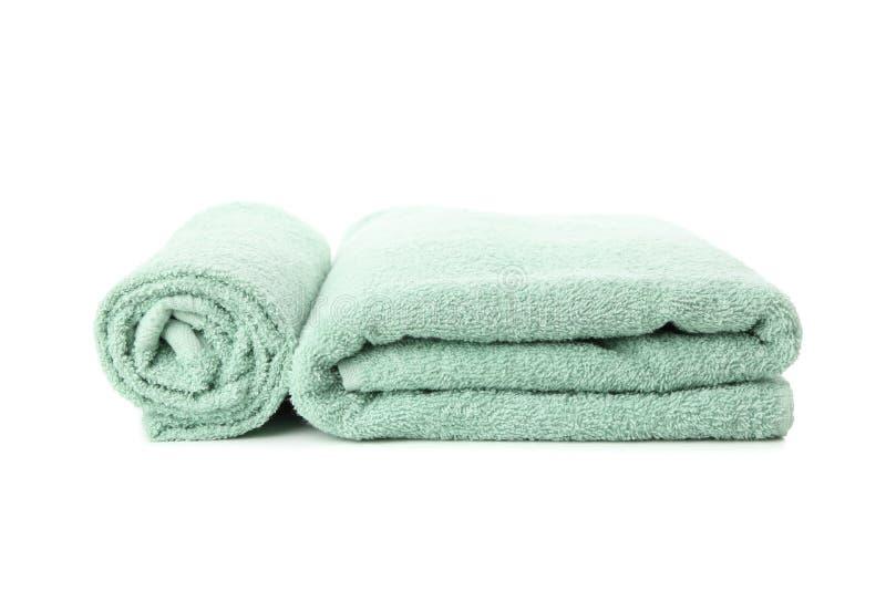 Gekoppelde verse groene handdoeken geïsoleerd op wit stock afbeeldingen