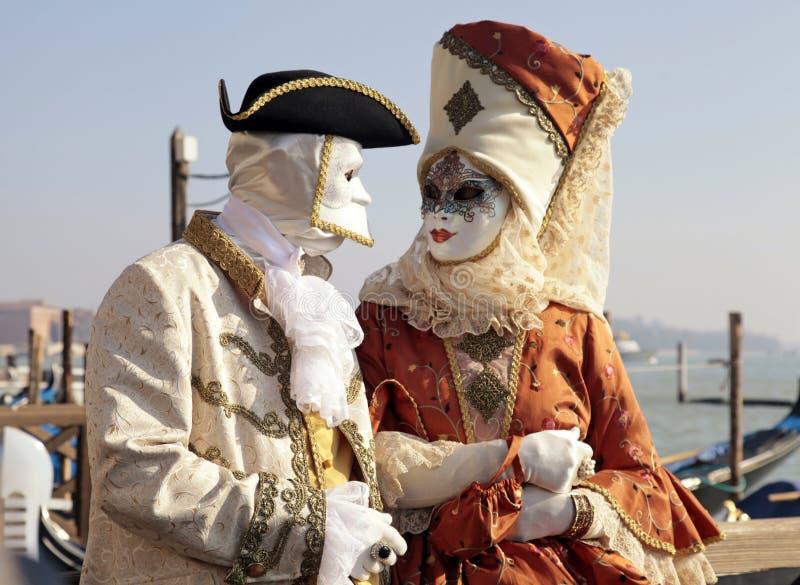 Gekostumeerde mensen in Venetiaans masker tijdens Venetië Carnaval stock foto's