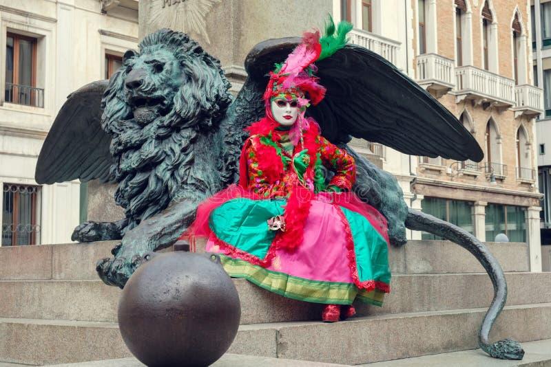 Gekostumeerde womai voor gevleugeld leeuwbeeldhouwwerk royalty-vrije stock fotografie