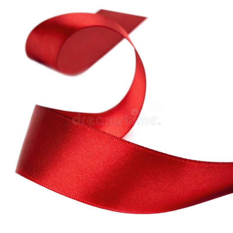 Gekräuseltes rotes Farbband über Weiß stockbilder