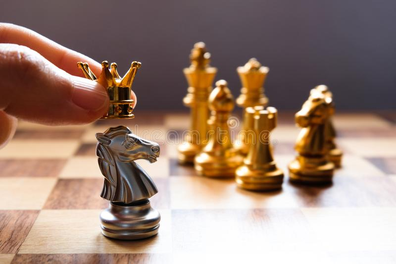 Gekrönt auf stehendem Ritter Geschäftsführungskonzept Kopieren Sie Platz stockbild