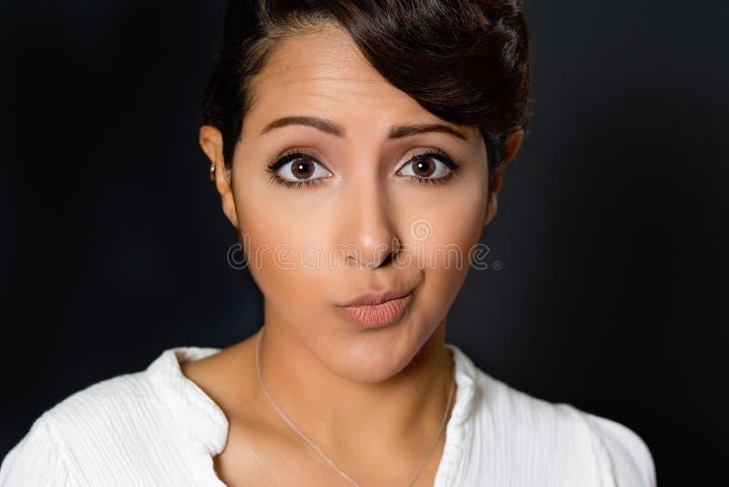 Gekrümmte Lächeln-Frau lizenzfreies stockfoto