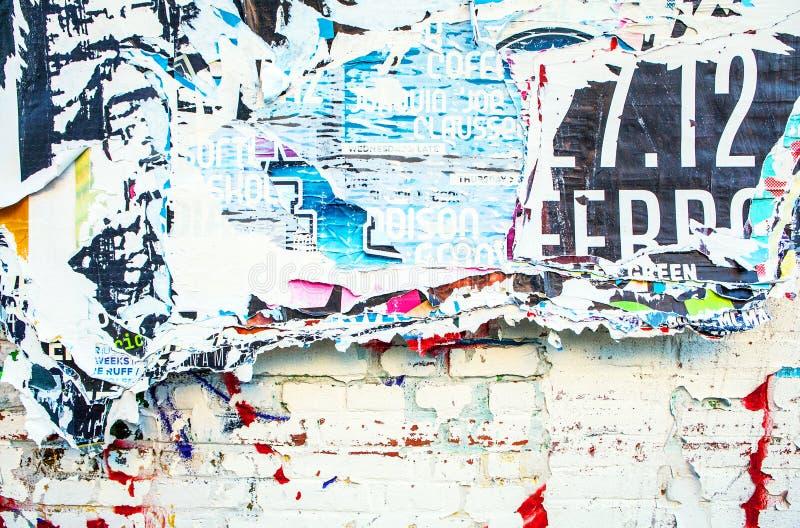 Gekraste reclame op straatmuur als achtergrond stock illustratie