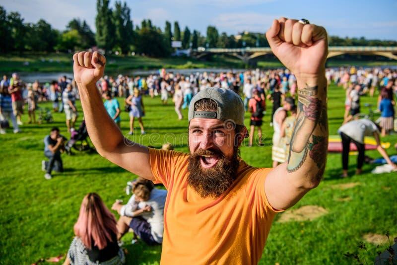 Gekregen een echte winnaar Gebaarde mens die en winnaargebaar op de zomerdag schreeuwen maken Het gelukkige winnaarmens dragen royalty-vrije stock fotografie