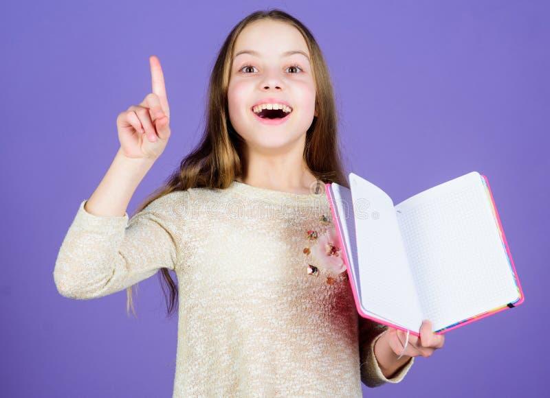 Gekregen grote plannen voor onderwijs Leuk klein kind die vinger houden opgeheven en open onderwijsboek Aanbiddelijk meisje royalty-vrije stock afbeelding