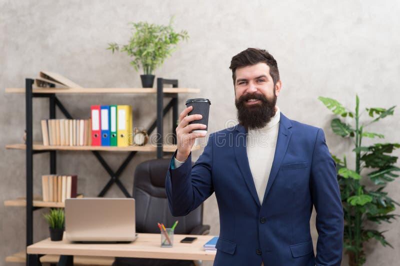 Gekregen idee in zijn hand Het zoeken naar vers idee Zakenman in formele uitrusting Zekere laptop van het mensengebruik Gelukkige stock foto's