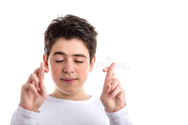Gekreuzte Finger als glückliche Geste durch lateinische Junge mooth-enthäuteten BO lizenzfreie stockfotografie