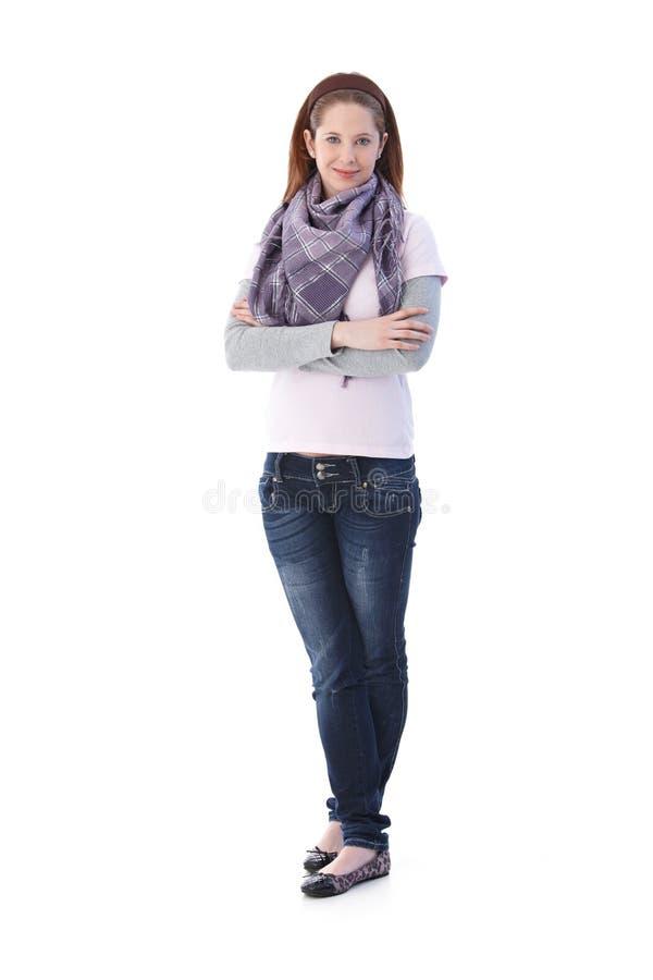Gekreuztes Lächeln des jungen Mädchens stehende Arme lizenzfreie stockfotos