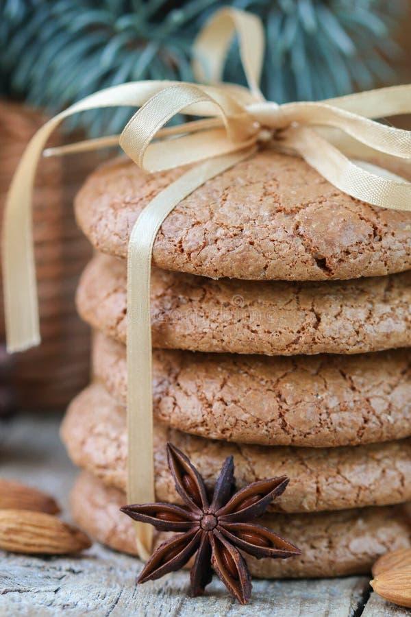 Gekruide koekjes met amandelen De giften van Kerstmis Ronde die koekjes, met lint worden gebonden royalty-vrije stock afbeelding